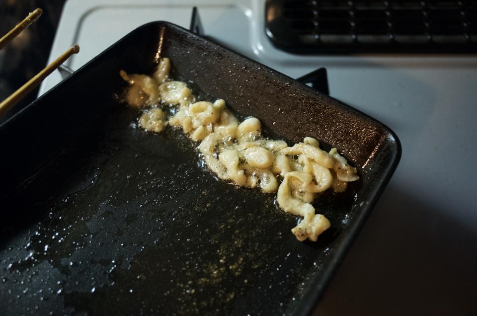 鶏皮肉をプライパンでじっくりと焼く