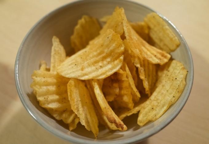 コイケヤ 黒胡椒&サラミ ポテトチップス