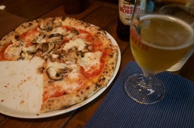 きのこのピザとモレッティ